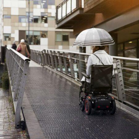silla de ruedas electrica compacta quickie q100r alto rendimiento exterior